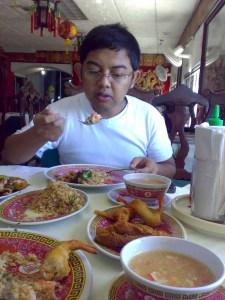 Gede (HRO) makan dengan lahapnya.. nyam..nyammm